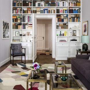 Mittelgroße, Fernseherlose, Abgetrennte Klassische Bibliothek ohne Kamin mit weißer Wandfarbe, braunem Holzboden und braunem Boden in München