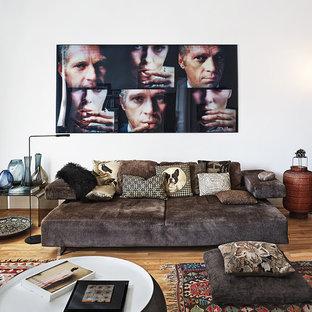 Kleines, Repräsentatives, Fernseherloses, Abgetrenntes Stilmix Wohnzimmer ohne Kamin mit weißer Wandfarbe, hellem Holzboden und braunem Boden in Berlin