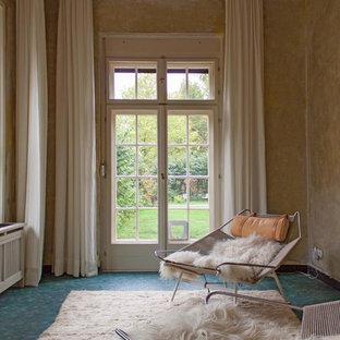 Mittelgroßes, Abgetrenntes, Fernseherloses Klassisches Wohnzimmer ohne Kamin mit beiger Wandfarbe, Linoleum und blauem Boden in Berlin