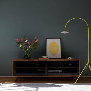 Idée de décoration pour une très grande salle de séjour design ouverte avec un sol marron, un mur gris, un sol en bois clair, aucune cheminée et aucun téléviseur.