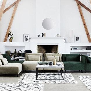 Idee per un grande soggiorno nordico aperto con pareti bianche, pavimento in cemento, camino classico e cornice del camino in mattoni