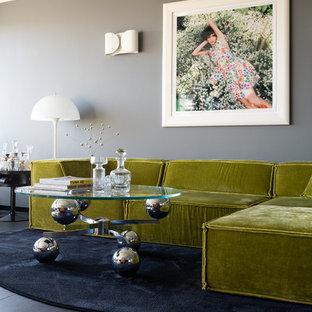 ハンブルクの中サイズのミッドセンチュリースタイルのおしゃれなファミリールーム (グレーの壁、大理石の床、内蔵型テレビ、黒い床) の写真
