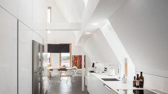 Loft mit weißen Möbeln - alles aus einem Guss