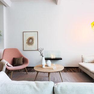 Ispirazione per un soggiorno scandinavo di medie dimensioni con sala formale, pareti bianche, parquet scuro e nessuna TV