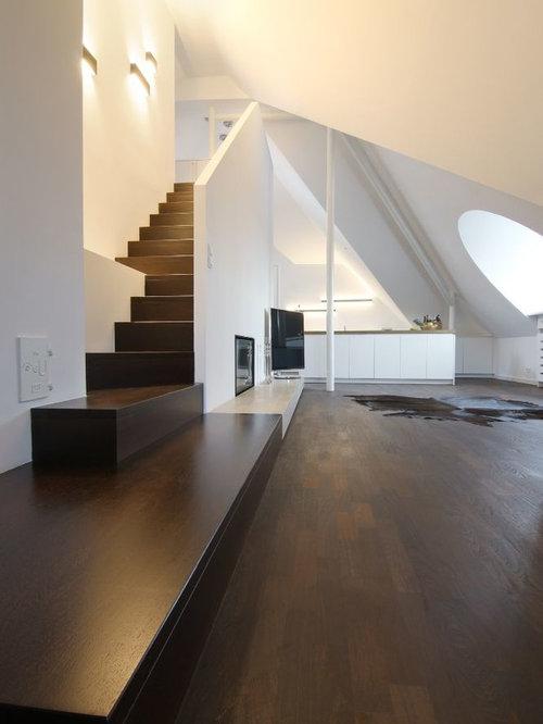 Geräumiges Modernes Wohnzimmer Mit Dunklem Holzboden, Freistehendem TV Und  Weißer Wandfarbe In München