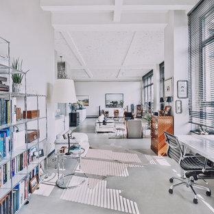 Geräumige Moderne Bibliothek im Loft-Stil mit weißer Wandfarbe, Betonboden und grauem Boden in Berlin