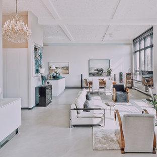 Großes, Offenes Modernes Wohnzimmer ohne Kamin mit weißer Wandfarbe, Betonboden, freistehendem TV und grauem Boden in Berlin