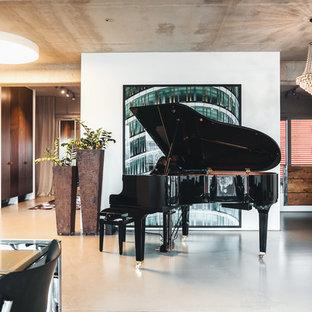 Großes Modernes Wohnzimmer mit weißer Wandfarbe, Betonboden und grauem Boden in Berlin
