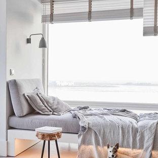 Modernes Wohnzimmer mit weißer Wandfarbe und grauem Boden in Hamburg