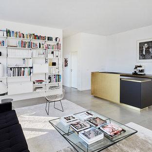 Große, Fernseherlose, Offene Moderne Bibliothek Ohne Kamin Mit Weißer  Wandfarbe, Betonboden Und Grauem