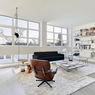 Große, Fernseherlose, Offene Moderne Bibliothek ohne Kamin mit weißer Wandfarbe, Betonboden und grauem Boden in Köln