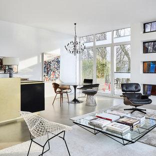 Mittelgroßes, Repräsentatives, Fernseherloses Modernes Wohnzimmer ohne Kamin, im Loft-Stil mit weißer Wandfarbe, Betonboden und grauem Boden in Köln