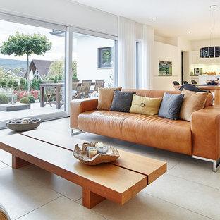 Immagine di un grande soggiorno scandinavo aperto con sala formale, pareti bianche, pavimento con piastrelle in ceramica, nessun camino e pavimento beige