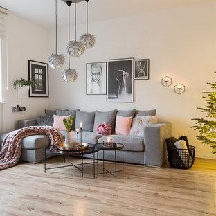 Modelo de salón nórdico, de tamaño medio, con paredes blancas y suelo de madera clara