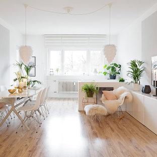 Offenes, Mittelgroßes Nordisches Wohnzimmer mit grauer Wandfarbe und hellem Holzboden in Berlin