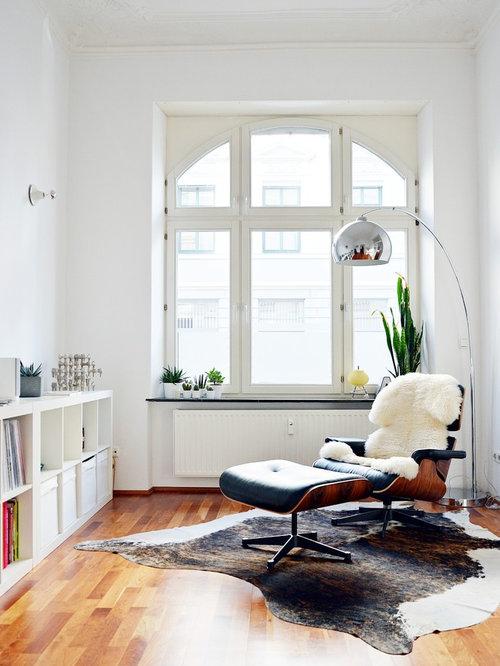 Kleines, Fernseherloses, Abgetrenntes Modernes Wohnzimmer Ohne Kamin Mit  Weißer Wandfarbe Und Hellem Holzboden In