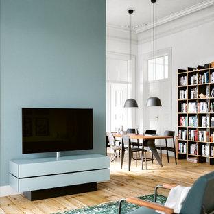 Mittelgroße, Offene Moderne Bibliothek ohne Kamin mit weißer Wandfarbe, gebeiztem Holzboden, freistehendem TV und beigem Boden in Frankfurt am Main
