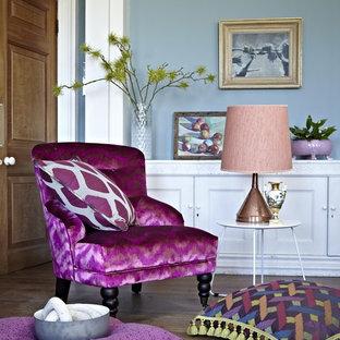 Esempio di un soggiorno bohémian con pareti blu e pavimento in legno massello medio