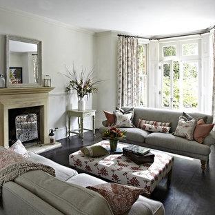 Mittelgroßes, Abgetrenntes Klassisches Wohnzimmer Mit Grauer Wandfarbe,  Dunklem Holzboden, Kamin Und Kaminsims Aus