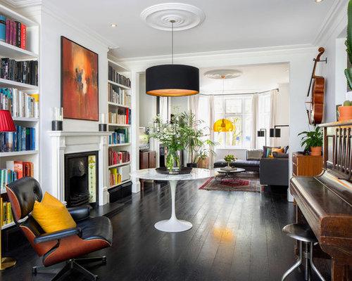 Fesselnd Offenes, Großes, Fernseherloses Modernes Musikzimmer Mit Weißer Wandfarbe,  Dunklem Holzboden, Kaminsims Aus