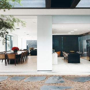 Geräumiges, Repräsentatives, Fernseherloses Modernes Wohnzimmer ohne Kamin, im Loft-Stil mit weißer Wandfarbe, Keramikboden und weißem Boden in Berlin