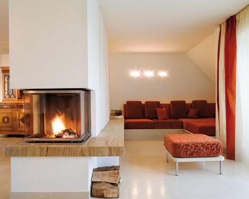 Beispiel Für Mittelgroße, Offene Moderne Wohnzimmer Mit Beiger Wandfarbe,  Tunnelkamin Und Kaminsims Aus Stein