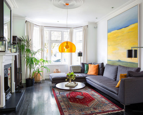 Mittelgroßes, Fernseherloses Modernes Wohnzimmer Mit Weißer Wandfarbe,  Dunklem Holzboden Und Kamin In Hamburg