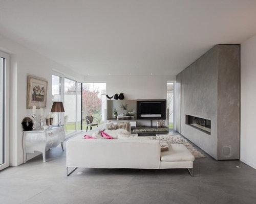 Mittelgroßes, Offenes Modernes Wohnzimmer Mit Weißer Wandfarbe, Betonboden,  Gaskamin, Wand TV