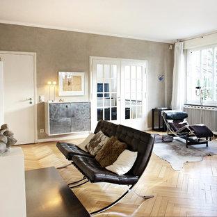 Mittelgroßes, Abgetrenntes Modernes Wohnzimmer mit beiger Wandfarbe, braunem Holzboden und braunem Boden in Sonstige