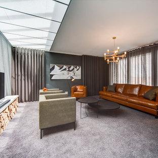 Mittelgroßes Modernes Wohnzimmer mit grauer Wandfarbe, Teppichboden und freistehendem TV in Berlin