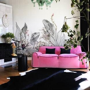 Foto de sala de estar cerrada, actual, pequeña, sin televisor, con paredes grises, suelo de madera en tonos medios, chimenea tradicional, marco de chimenea de baldosas y/o azulejos y suelo marrón