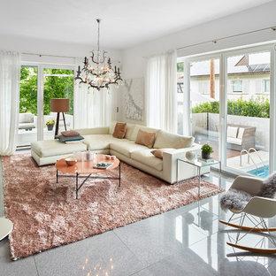 Mittelgroßes, Repräsentatives, Abgetrenntes Modernes Wohnzimmer ohne Kamin mit weißer Wandfarbe, freistehendem TV und grauem Boden in Sonstige