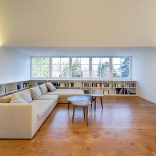 Große, Offene Moderne Bibliothek Ohne Kamin Mit Braunem Holzboden, Wand TV  Und Weißer