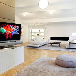 Geräumiges, Offenes Modernes Wohnzimmer Mit Weißer Wandfarbe, Gaskamin,  Freistehendem TV Und Hellem Holzboden