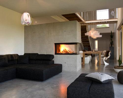 Großes Modernes Wohnzimmer Mit Weißer Wandfarbe, Betonboden, Kaminsims Aus  Beton Und Tunnelkamin In Sonstige