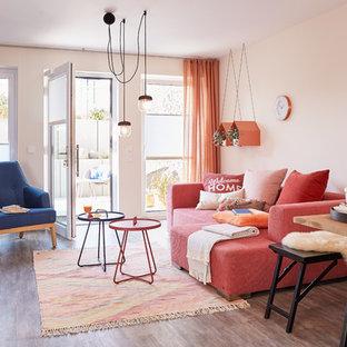 Offenes, Mittelgroßes, Repräsentatives Modernes Wohnzimmer ohne Kamin mit braunem Holzboden, braunem Boden und beiger Wandfarbe in Sonstige