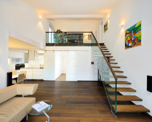 Modernes Wohnzimmer Mit Weißer Wandfarbe Und Dunklem Holzboden In Dresden