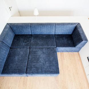 Esempio di un soggiorno minimal di medie dimensioni e aperto con sala della musica, pareti bianche, pavimento in legno massello medio, TV autoportante e pavimento marrone