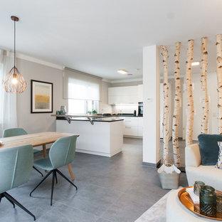 Großes, Repräsentatives, Fernseherloses, Offenes Modernes Wohnzimmer ohne Kamin mit beiger Wandfarbe und grauem Boden in Nürnberg