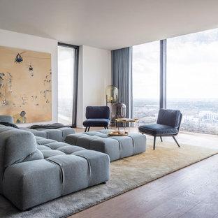 Mittelgroßes, Repräsentatives, Fernseherloses, Abgetrenntes Modernes Wohnzimmer ohne Kamin mit weißer Wandfarbe, braunem Holzboden und braunem Boden in Hamburg