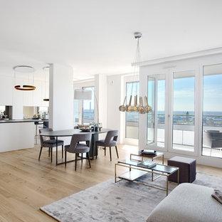 Großes, Repräsentatives, Fernseherloses Modernes Wohnzimmer ohne Kamin, im Loft-Stil mit weißer Wandfarbe, braunem Holzboden und braunem Boden in Frankfurt am Main