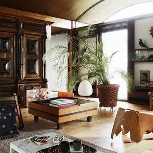 Cette image montre une salle de séjour ethnique de taille moyenne et fermée avec un sol en bois clair, aucune cheminée, aucun téléviseur et un sol beige.