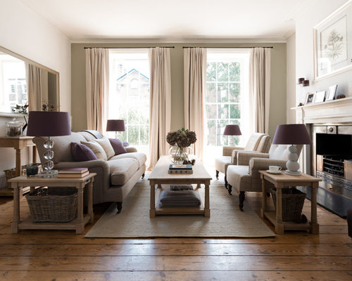 Großes, Fernseherloses, Abgetrenntes Klassisches Wohnzimmer Mit Weißer  Wandfarbe, Braunem Holzboden Und Kamin