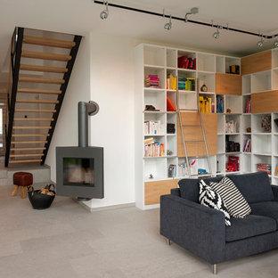 Esempio di un soggiorno minimal aperto con libreria, pareti bianche, camino ad angolo, pavimento in travertino e pavimento grigio