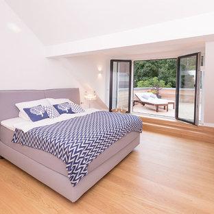 Foto di un soggiorno design con pavimento in legno massello medio e pavimento marrone