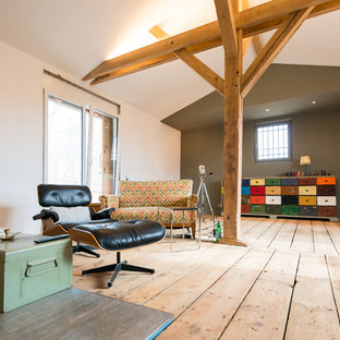 Foto de sala de estar abierta, ecléctica, sin chimenea y televisor, con paredes multicolor y suelo de madera clara