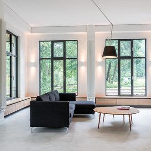Offenes Modernes Wohnzimmer Mit Weißer Wandfarbe Und Teppichboden In Berlin