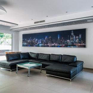 Modernes Wohnzimmer mit weißer Wandfarbe, Gaskamin und beigem Boden in Frankfurt am Main