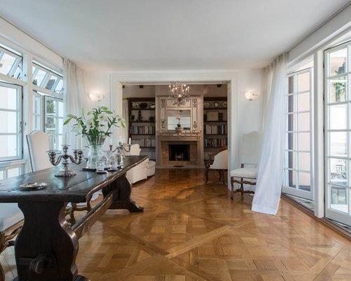 Mittelgroßes, Offenes Klassisches Wohnzimmer Mit Weißer Wandfarbe, Braunem  Holzboden, Kamin Und Kaminsims Aus