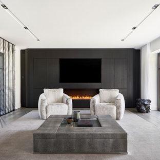 Modernes Wohnzimmer mit weißer Wandfarbe, Gaskamin, Wand-TV und grauem Boden in Düsseldorf